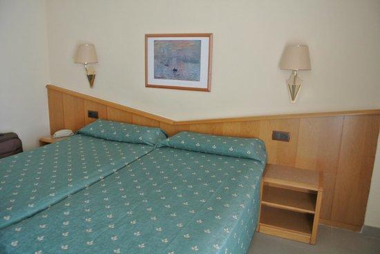 Hotel Kaktus Playa : Кроватки)