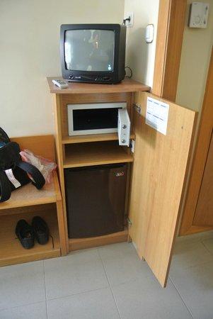 Hotel Kaktus Playa : Телевизор, сейф и холодильник.