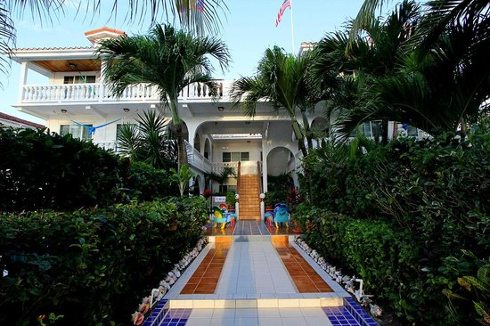 Blue Tang Inn: Blue Tang Entrance from Beach