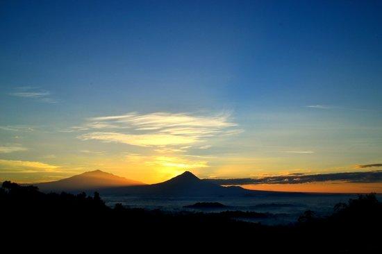 Magelang, Indonesia: Sunrise di balik Gunung Merapi dan Merbabu