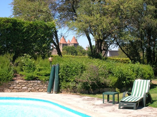 Le Jardin de la Cite : La cité vue de la piscine