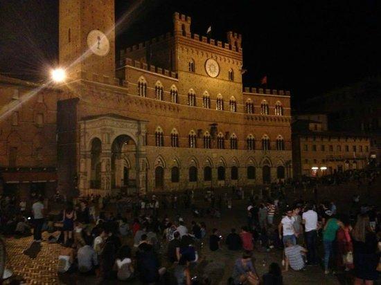 Piazza del Campo: La piazza di notte