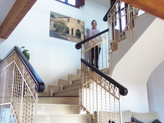 La Perla Blanca : Main staircase up to our room