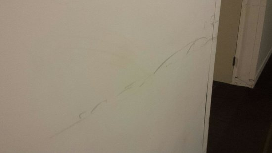 Hotel Pennsylvania New York: Dirty walls down the hallway