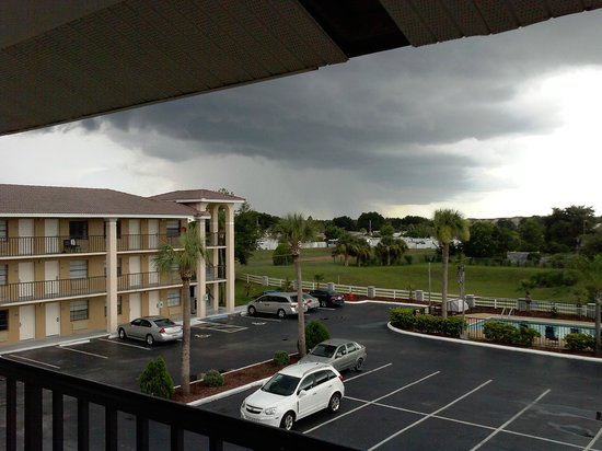 Days Inn Clermont Theme Park West: Parking lot before a storm