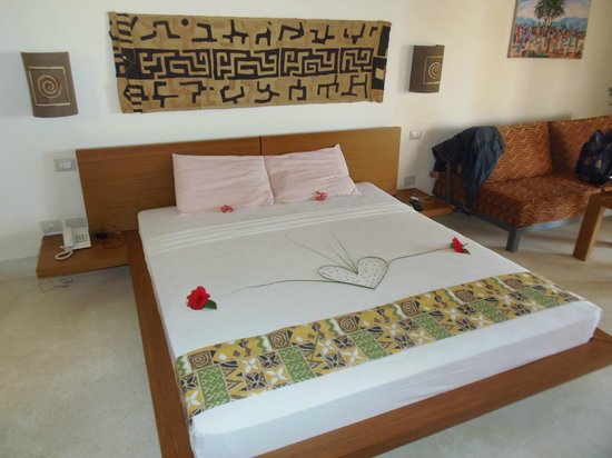 Ora Resort Watamu Bay: camera con il letto decorato