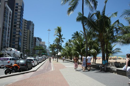 Grand Mercure Recife Boa Viagem: Street view in front of hotel