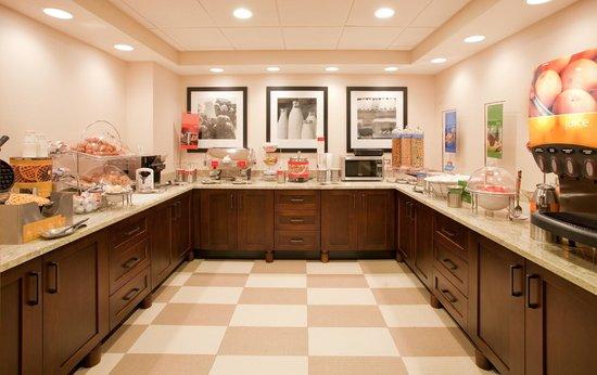 Hampton Inn Pittsburgh/Cranberry: Breakfast Buffet