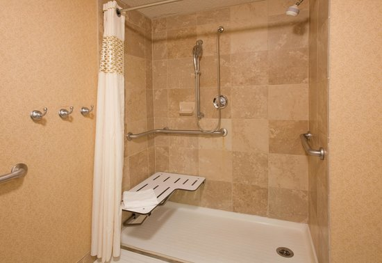 Hampton Inn Pittsburgh/Cranberry: Accessible Room Roll-in Shower