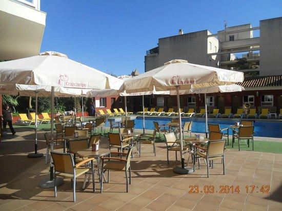 Hotel Itaca Fuengirola : la piscine, transats et parasols