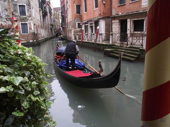 Starhotels Splendid Venice: Gondolas passing by everyday
