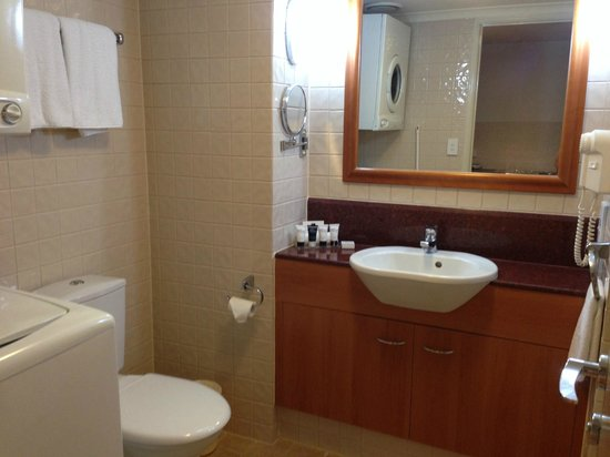 Central Cosmo Apartments: Large bathroom