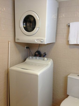 Central Cosmo Apartments: Washer and dryer in bathroom
