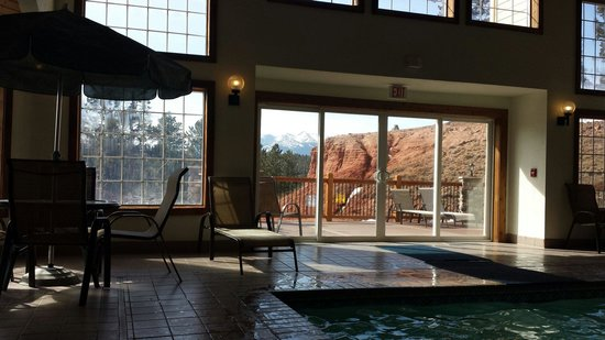 Woodland Park Country Lodge: Mountain view from the pool
