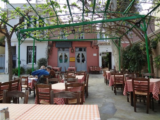 Taverna Platanos : outdoor seating