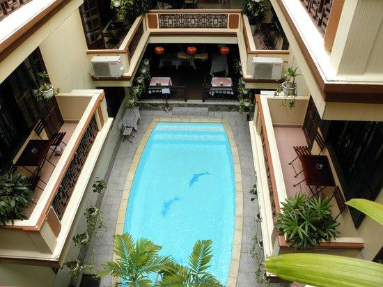 Nhi Nhi Hotel: Inside open air pool
