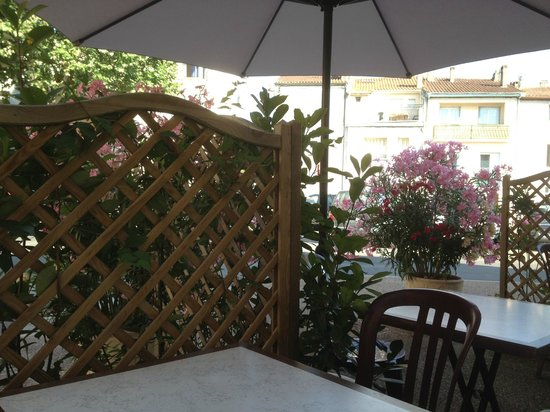 Hotel Des Remparts : terrasse d'entrée