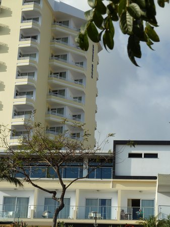 Raga Madeira Muthu Hotel : chambre sur entrée arrière vue sur mer sannexe sous le restaurant