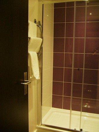 Premier Inn Stockport Central Hotel: Fabulous shower/bathroom ..