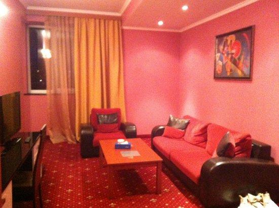 Erebuni Hotel: Гостиная в нашем номере
