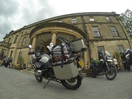 Best Western Beamish Hall Country House Hotel: Las motos en la entrada del hotel