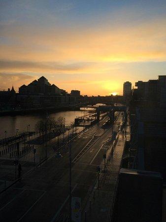 Jurys Inn Dublin Custom House: Room 411 at sunset