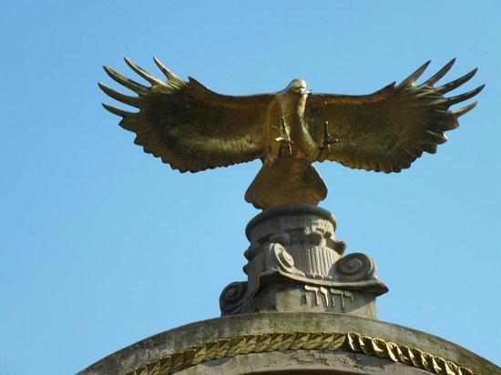 Flycatcher Castle : Eagle sculpture.