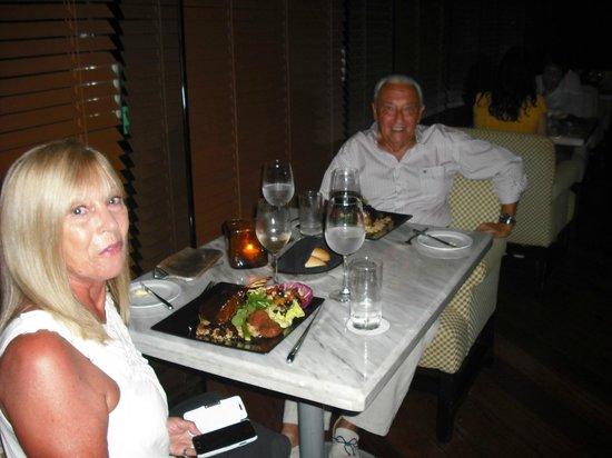 MB: cenando en nuestra despedida del hotel