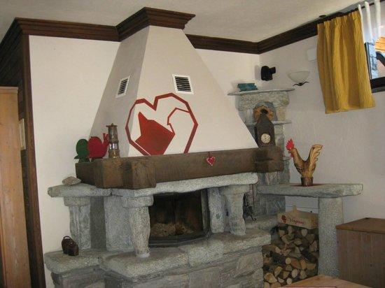 Hotel Parc Mont Avic : camino della saletta relax