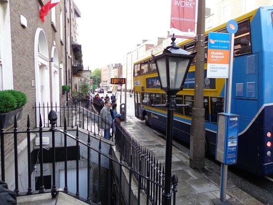 PREMIER SUITES PLUS Dublin Leeson Street: la fermata antistante le suites