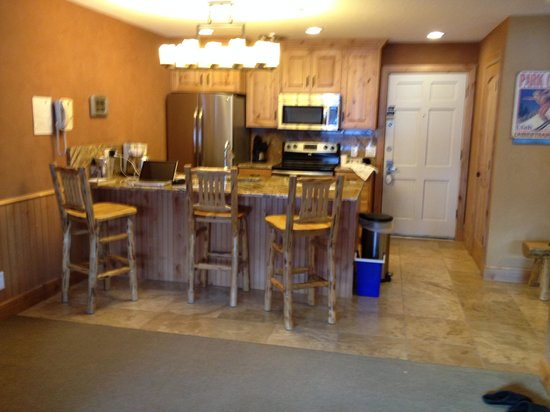 Treasure Mountain Inn Hotel and Conference Center: Full kitchen with island