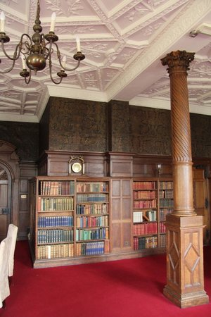 Rushton Hall Hotel and Spa: The library