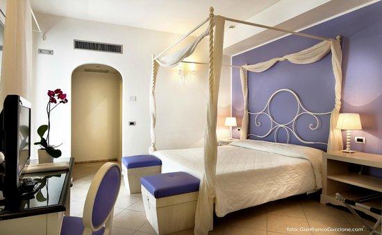 Camere Con Letto A Baldacchino : Camera con letto a baldacchino foto di hotel mea aeolian