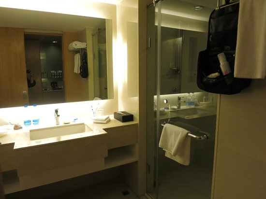 Holiday Inn Amritsar Ranjit Avenue: Bathroom Sink area/Shower Entrance