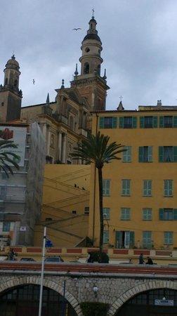 Royal Westminster Hotel : La curiosa scalinata che porta alla Basilica di St Michel