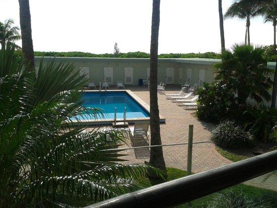 Casablanca Condominium: Vista do apartamento, da área de piscina e o mar.