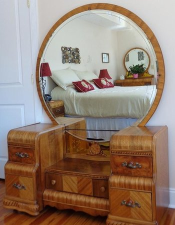 Connellsville Bed and Breakfast : German Room Depression Era Waterfall Vanity