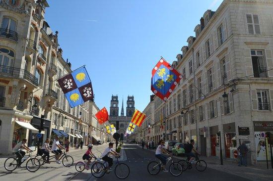 Cathédrale Sainte-Croix : Улица украшена к празднику Жанны д'Арк (29 апреля-9 мая 2013)