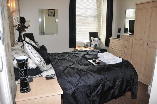 Rosedene Hotel: 'Room 2' Double En-Suite £70prpn. (01492 876491)