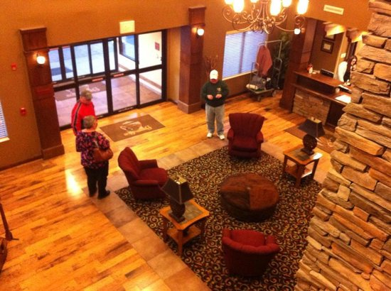 Buffalo Run Casino & Resort: Looking down in lobby from ubove top of stairs