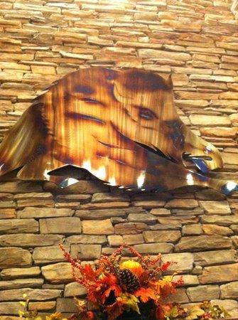 Buffalo Run Casino & Resort : Art in Lobby