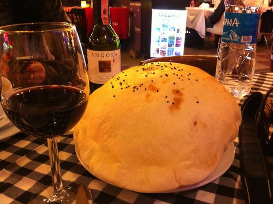 Divane Restaurant & Cafe: Hot bread and wine, accompanied by violin music!