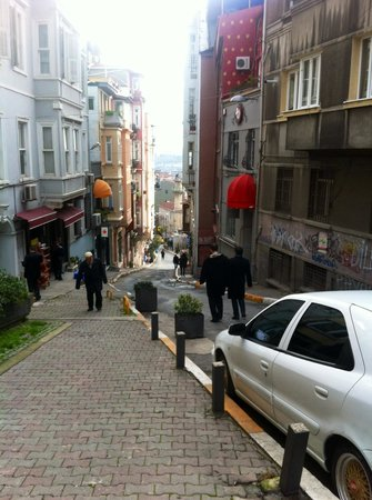 Tomtom Suites: Part of walk to hotel off Istiklal Caddesi