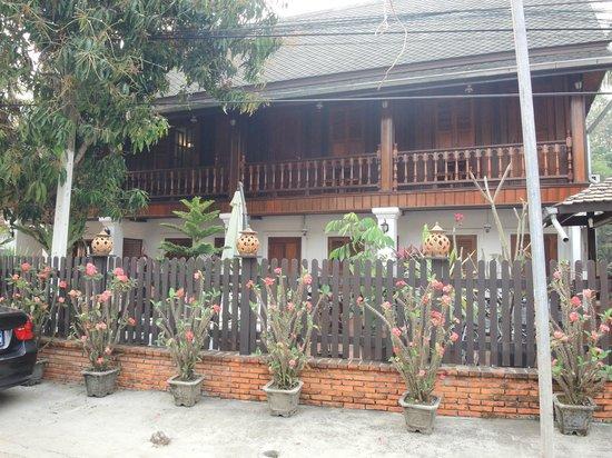 Vue du jardin picture of villa chitdara luang prabang for Villa du jardin sentosa