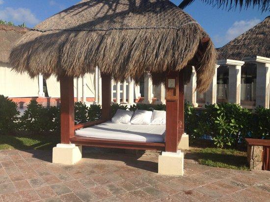 Now Sapphire Riviera Cancun: bali bed