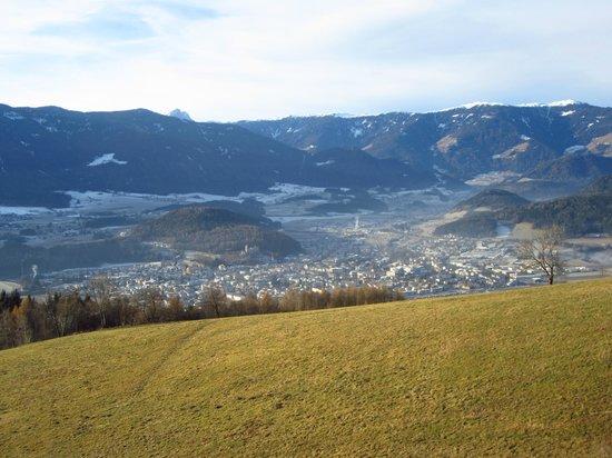 Hotel Amaten: panorama su Brunico dal giardino dell'hotel