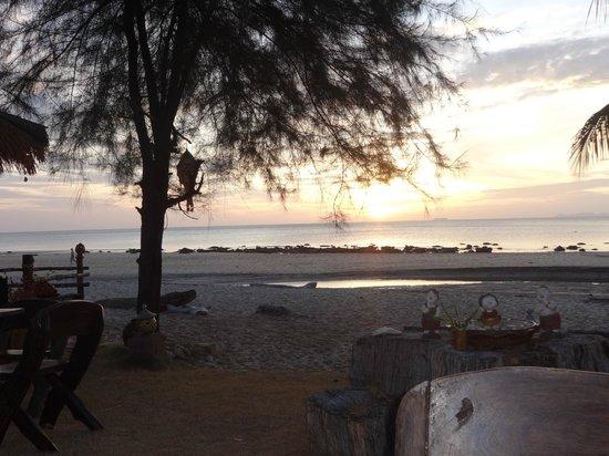 Good Days Lanta Beach Resort: Blick von der Strandbar