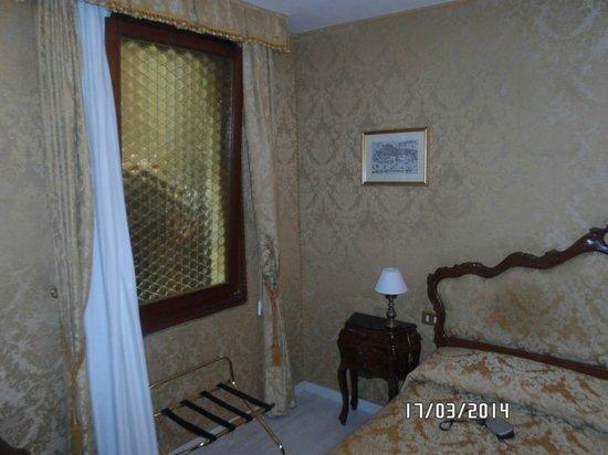 Hotel San Gallo : La ventana da a un pasillo externo.