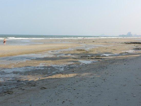 Rest Detail Hotel Hua Hin: Strand vor dem Hotel