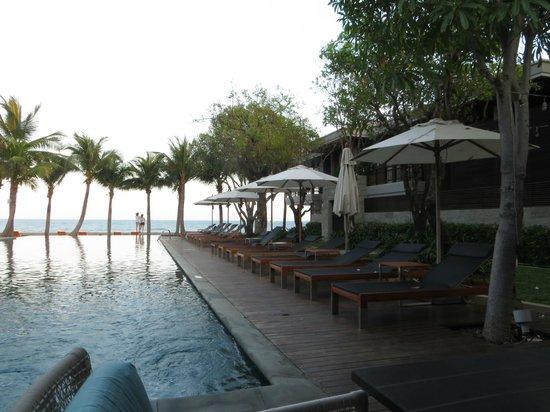 Rest Detail Hotel Hua Hin: Rechte Seite vom Pool mit Blick zum Meer